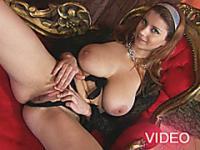 Busty Teen spielt mit ihren Titten und dann Dildo ihre Muschi ficken