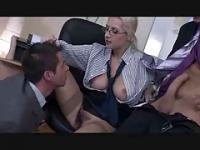 Die Boss-Lady hat einen Bisexual dreier von TROC