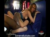 Young-Steffi kann nicht warten, als eine Sperma-Eimer in diesem Bukkake Orgie verwendet werden