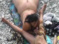 Digitación de coño y mamada en la playa