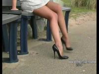 Wunderschöne Babe zeigt ihre langen wohlgeformten Beine und sexy Stilettos