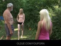 Blonde Teens ficken im Wald mit alten Menschen