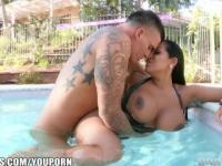 Latina MILF con tetas enormes se folla al chico de la piscina de la piscina