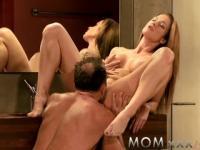 Pareja de mamá haciendo el amor en el piso del baño