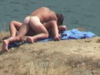 Nudistas follando en la playa