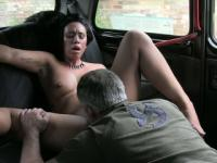 Amateur chick exchange her pussy with her taxi fare