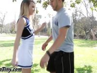 Teen Cheerleader bucklig