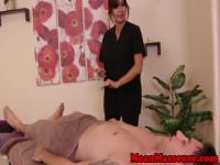 Secousses de masseuse dominatrice Hugetitted attaché vers le bas de client