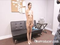 FakeProducer Tricks Petite Latina in einem Blowjob während Casting Audition