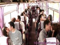 Japonaise teen groupsex babes d'action sur un bus