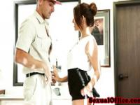 Amateur officebabe blows delivery man