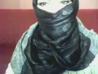 S'ennuyer hotty arabe en hijab joue sur son ordinateur
