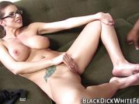 Babe donne fetish footjob