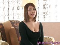 Mature maman japonaise caressé et throatfucked