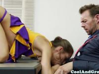 Cheerleader Riley Reid tastes coaches jizz