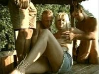 Gangbang de Mature en plein air