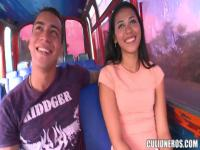 Junge Latina Carolina ruft in Culioneros Bus