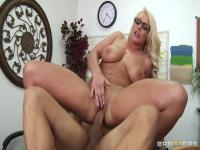 Sadie Swede demonstrates her marvellous forms and fucks hard