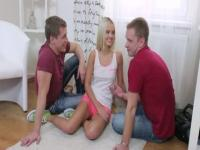 Blondes Porno-Video mit ambrosialen huzzies.