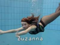 Zuzanna nage en collants dans la piscine